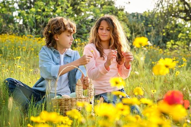 イースターの日に女の子に花を与える男の子