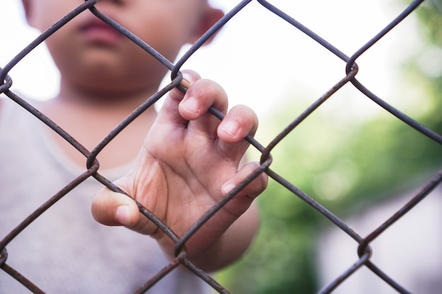 Мальчик рука стальная сетка человек отсутствие независимости