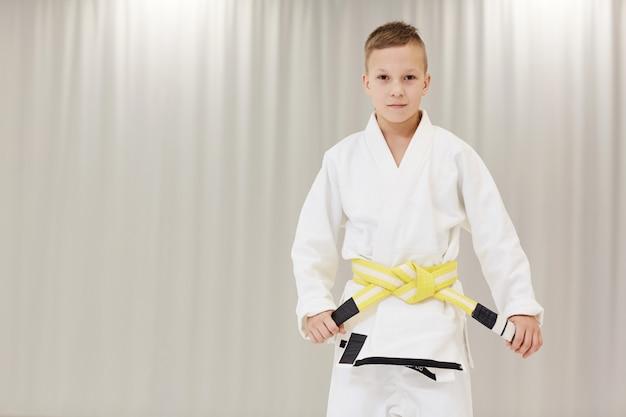 少年は黄色の帯を持っています