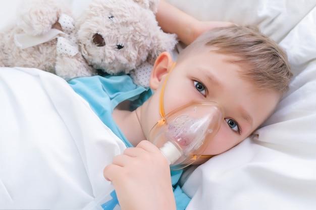 소년은 흡입, 폐 치료 절차가 있습니다.