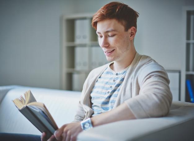 小説で楽しい時間を持つ少年