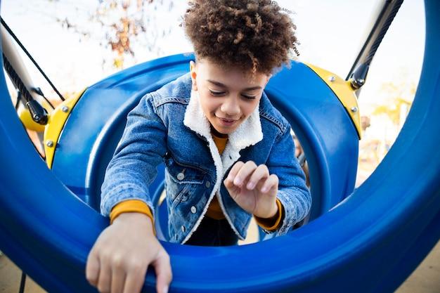 Мальчик веселится на детской площадке