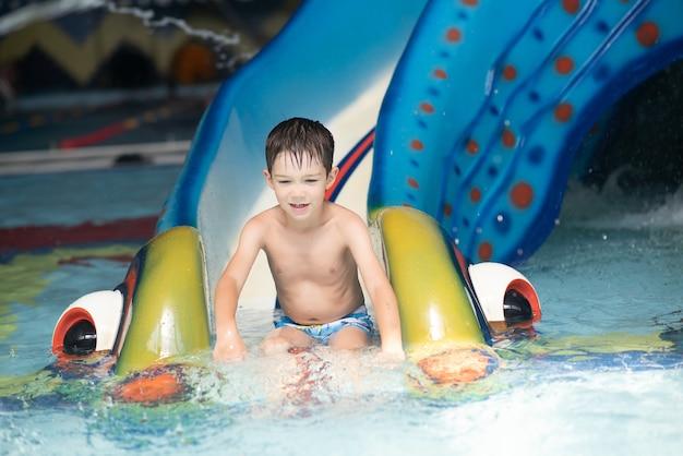 Мальчик веселится в аквапарке