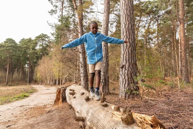 森の中で楽しんでいる少年