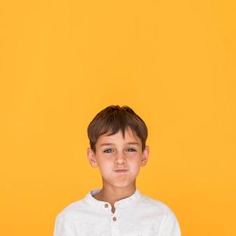 Мальчик держит дыхание с копией пространства