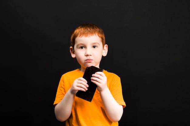 少年はチョコレートを持っています
