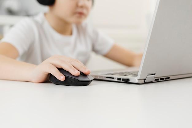 Ragazzo una casa che gioca sul computer portatile