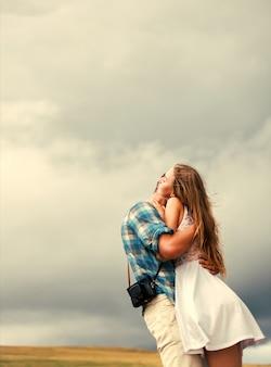 Мальчик обнимает и целуя шею своей подруги