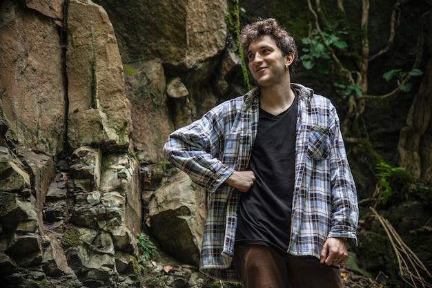 Мальчик на природе в итальянском лесу