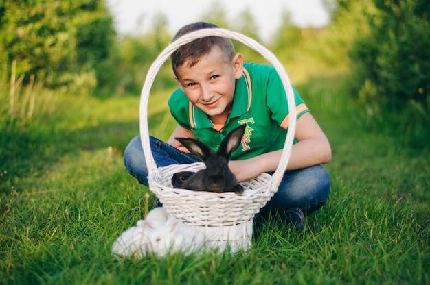 黒いウサギと緑のtシャツの少年