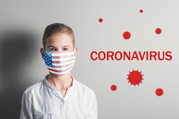 明るい背景に彼の顔に米国の旗と医療マスクの少年。