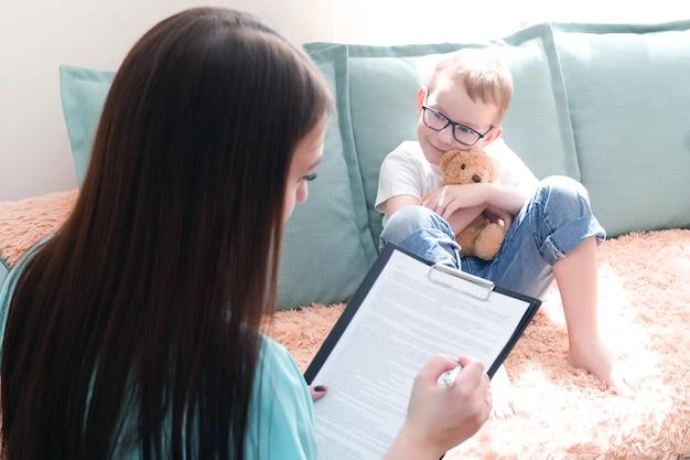 심리학자의 사무실에 있는 소년. 심리학자는 아이, 학생 문제에 대해 이야기합니다. 정서적 지원