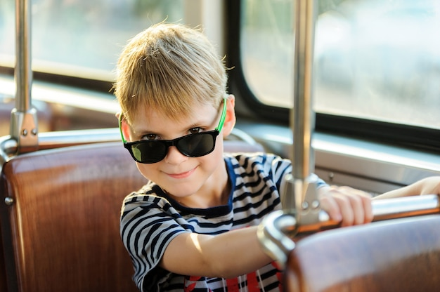 公共交通機関の少年