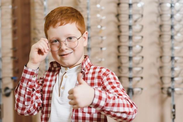 Мальчик в очках в магазине оптики