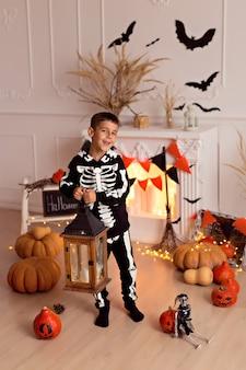 Мальчик в костюме скелета на хэллоуин