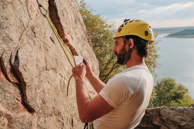 30대 소년, 등반 중 휴대전화 보고