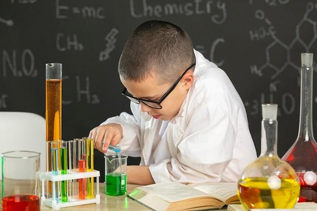 テストをしている実験室の少年