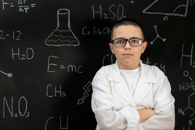 コートを着た実験室の少年