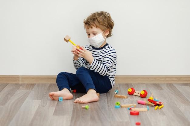Мальчик в маске. пребывание дома концепция, карантин от коронавируса covid-19