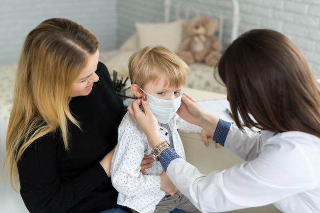 의학 의료 마스크에 소년