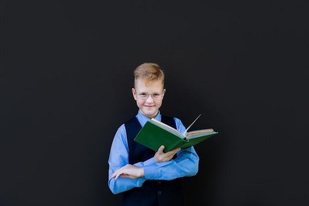 学校に戻って本と制服を着た少年