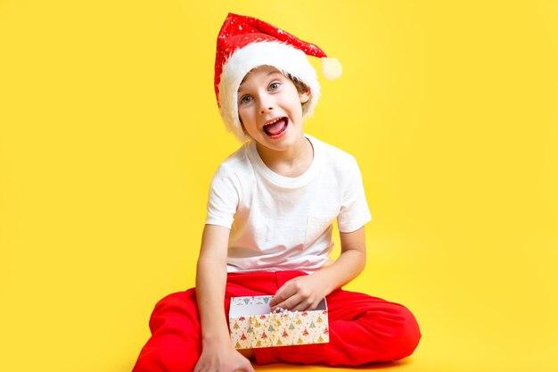 Мальчик в костюме санты. концепция рождественских и новогодних праздников.
