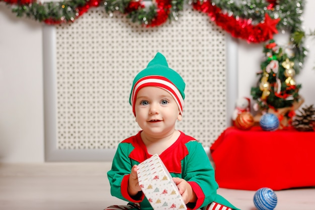 Мальчик в костюме эльфа санты. концепция рождественских и новогодних праздников.