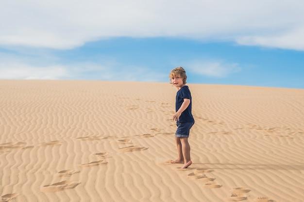 사막에서 소년. 어린이 동반 여행