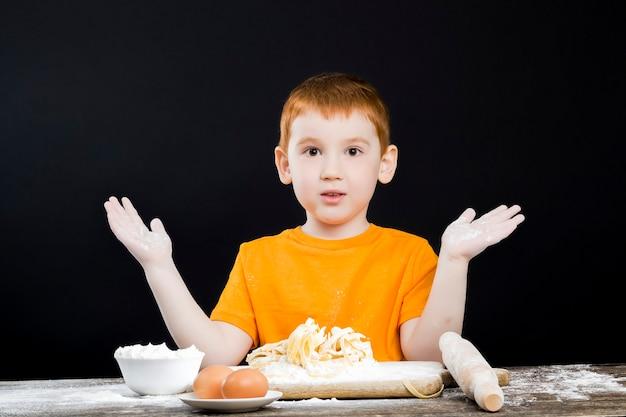 Мальчик на кухне