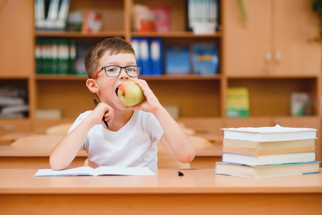 Мальчик в школьном классе. обратно в школу.