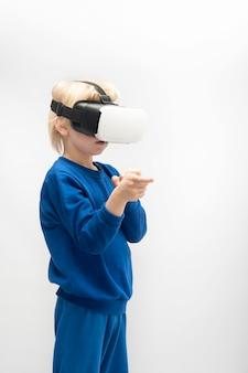 Мальчик в очках виртуальной реальности 3d