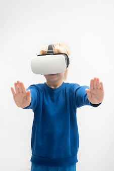 Мальчик в очках vr играет в виртуальную реальность