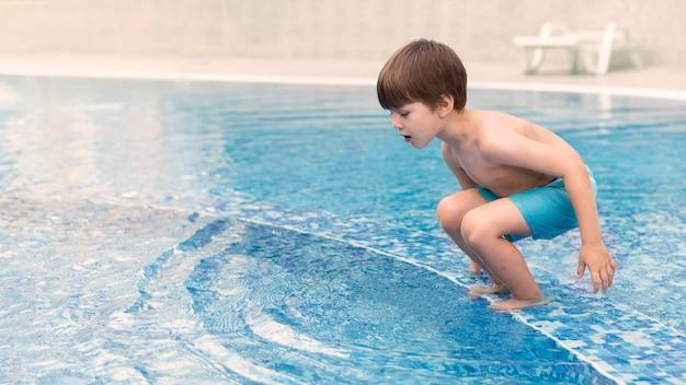 수영장에서 점프하는 소년