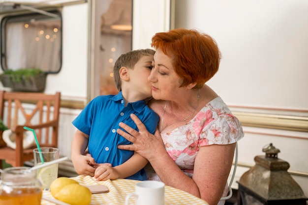 祖母の頬にキスをする少年