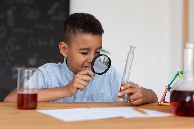 수업 시간에 화학에 대해 더 많이 배우는 소년
