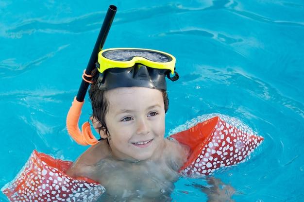 수영을 배우는 소년