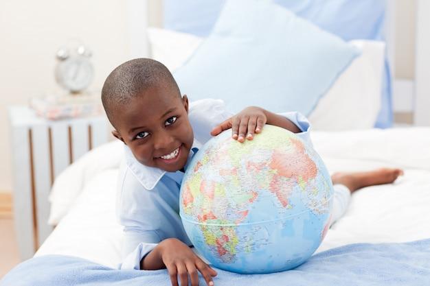 カメラで笑顔で地球を見ている少年