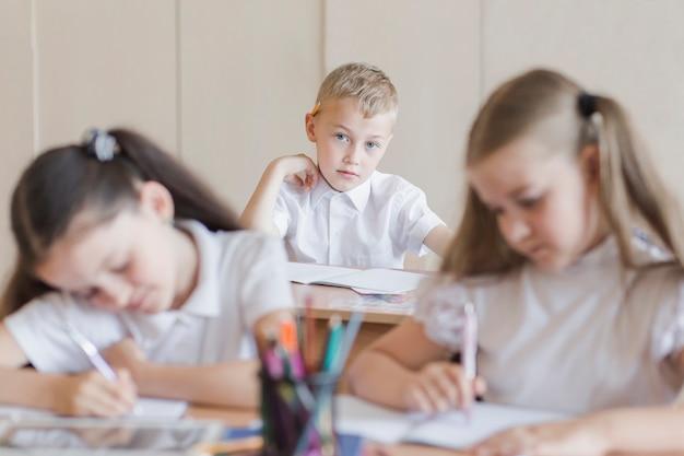 Мальчик смотрит на одноклассников