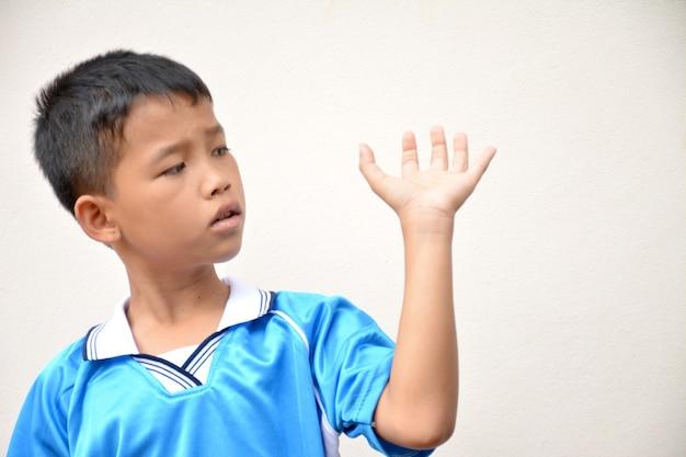 Мальчик смотрит на руки