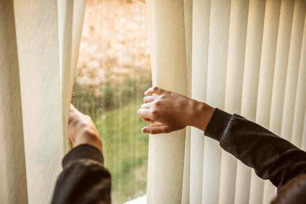 窓の外を見ている少年
