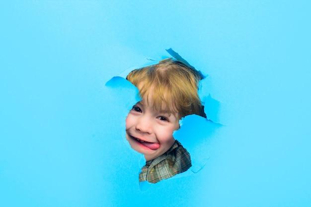 Мальчик просматривает бумагу, рекламируя детские товары, сезонная распродажа, скидка, сезонная распродажа, детская