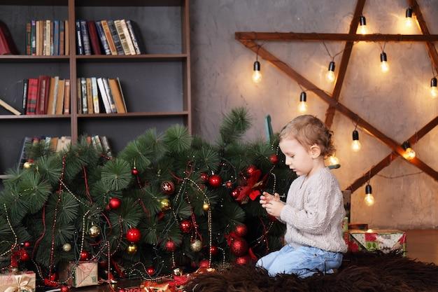 타락한 크리스마스 트리 근처 소년