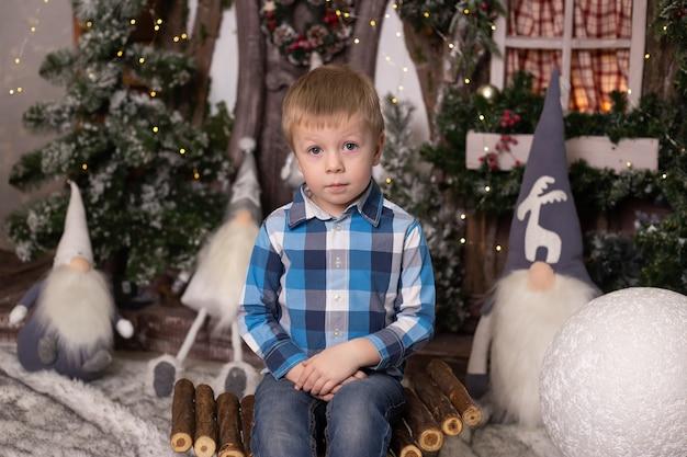 Мальчик возле елки и гномов. волшебное украшение для дома
