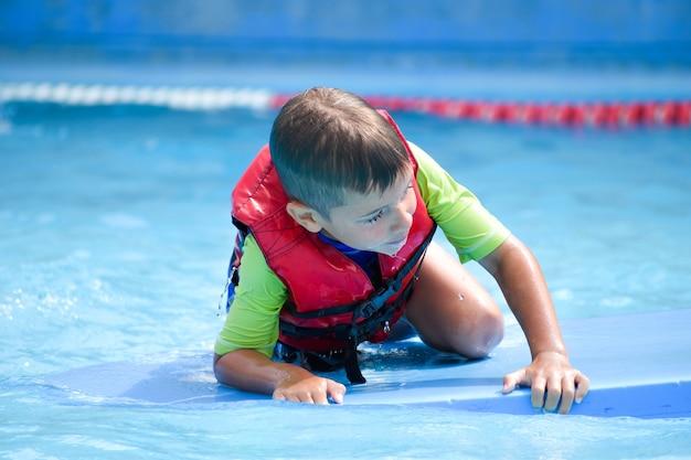 Мальчик на водной доске