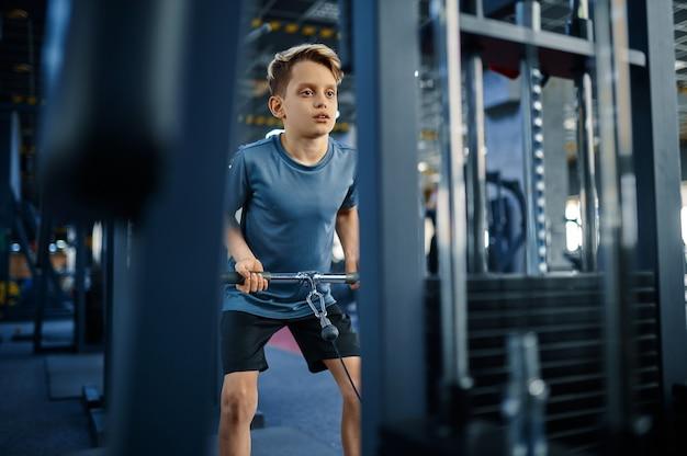 운동 기계, 체육관에서 적극적인 훈련에 소년. 스포츠 클럽의 젊은이, 건강 관리 및 건강한 라이프 스타일, 운동 모범생, 낚시를 좋아하는 청소년