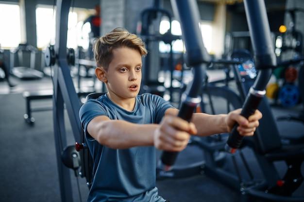 운동 기계, 체육관에서 훈련에 맞는 소년. 스포츠 클럽의 젊은이, 건강 관리 및 건강한 라이프 스타일, 운동 모범생, 낚시를 좋아하는 청소년