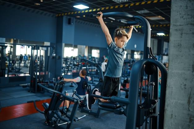 운동 기계, 체육관에서 체력 훈련에 소년. 스포츠 클럽의 젊은이, 건강 관리 및 건강한 라이프 스타일, 운동 모범생, 낚시를 좋아하는 청소년
