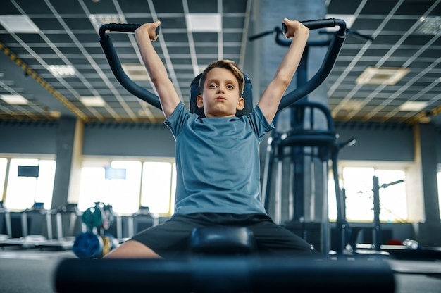 운동 기계, 전면보기, 체육관에서 훈련에 소년. 스포츠 클럽의 젊은이, 건강 관리 및 건강한 라이프 스타일, 운동 모범생, 낚시를 좋아하는 청소년