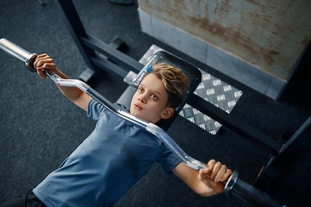 운동 기계, 평면도, 체육관에서 훈련에 소년. 스포츠 클럽의 젊은이, 건강 관리 및 건강한 라이프 스타일, 운동 모범생, 낚시를 좋아하는 청소년