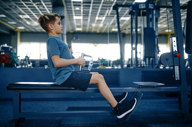 운동 기계, 체육관에서 훈련에 소년입니다. 스포츠 클럽의 젊은이, 건강 관리 및 건강한 라이프 스타일, 운동 모범생, 낚시를 좋아하는 청소년